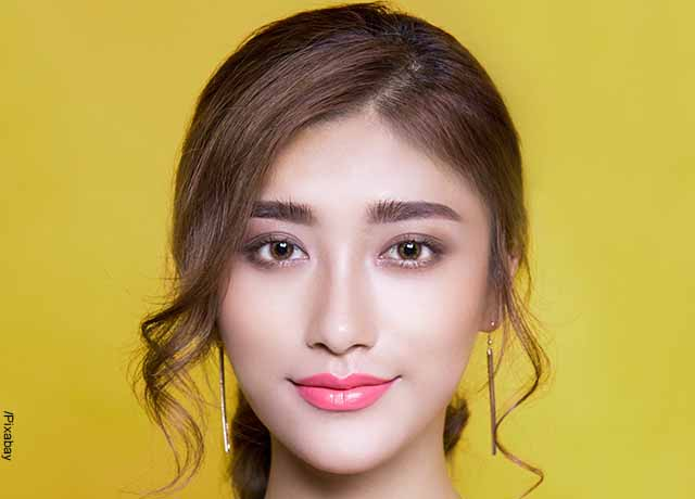 Foto del rostro de una modelo joven