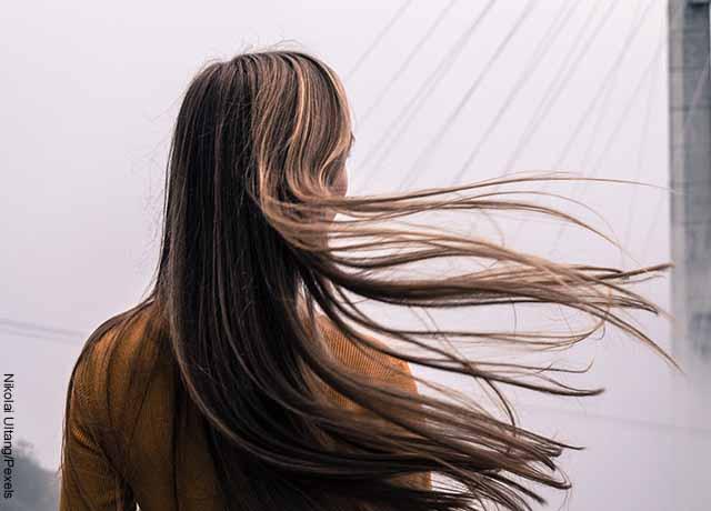 Foto de una mujer de espalda mostrando su pelo