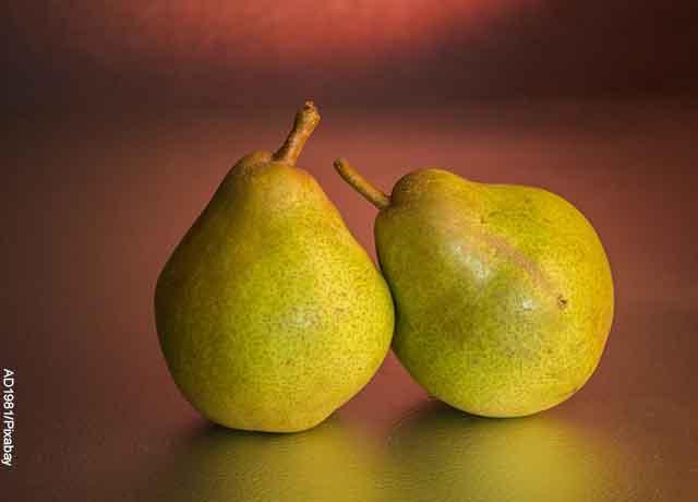 Foto de dos peras verdes que muestra para qué sirve la pera