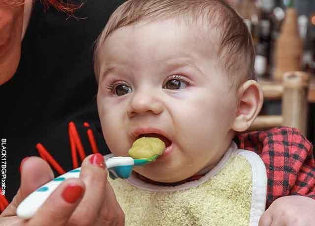 Foto de un bebé comiendo papilla