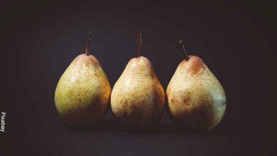 Foto de 3 peras sobre una mesa que muestra para qué sirve la pera