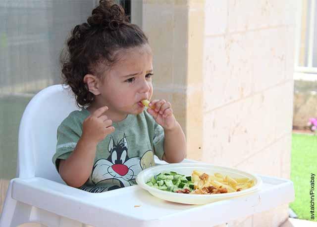 Foto de una niña pequeñacomiendo sus alimentos