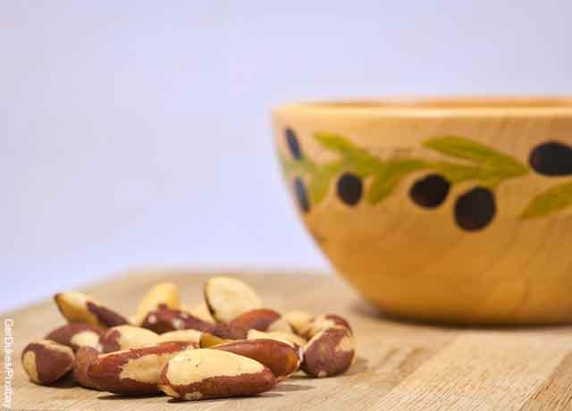 Foto de nueces sobre una mesa que revela para qué sirve la vitamina E