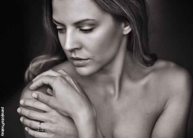 Foto de una mujer tocando su hombro