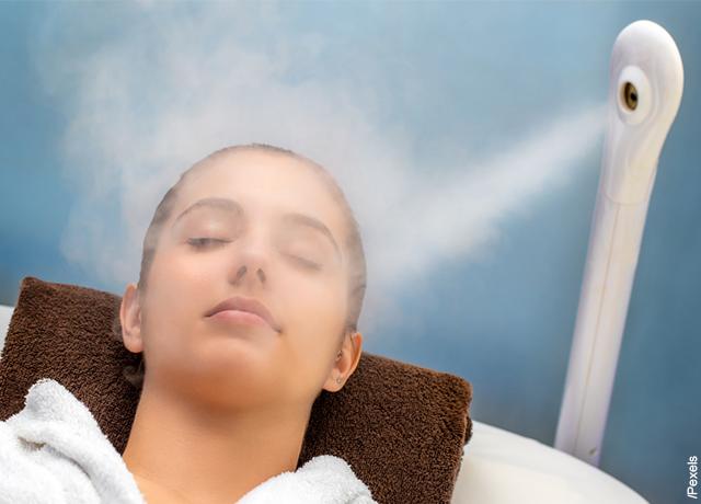 Foto de una mujer recibiendo humo en su rostro que muestra para qué sirve un humidificador