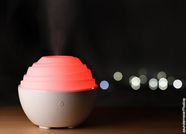 Foto de un humidificador con luz roja sobre una mesa