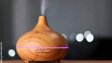 Foto de humidificador de aire construido en madera sobre una mesa