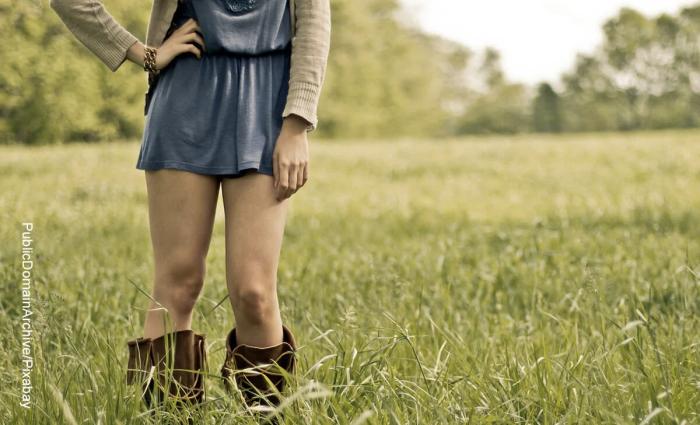 Foto de mujer mostrando las piernas