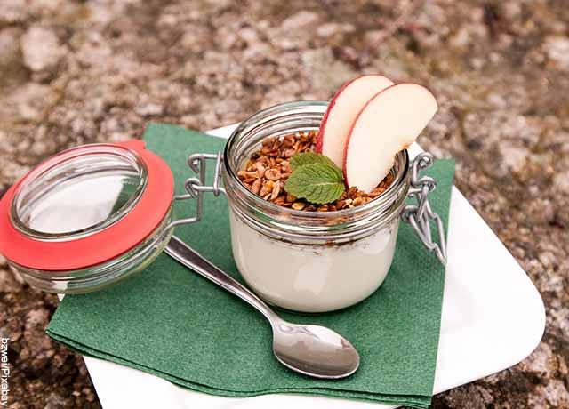 Foto de un tarro de yogurt con frutos secos