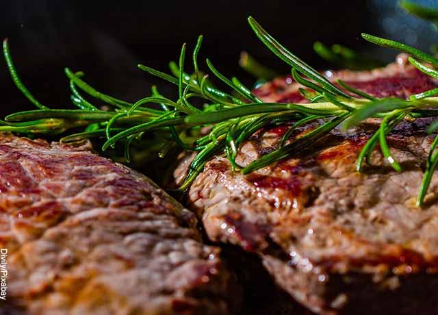Foto de dos trzos de carne asada con romero