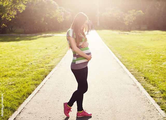 Foto de una mujer en gestación caminando