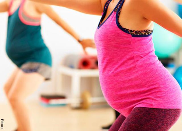 Foto de una mujer embarazada haciendo zumba