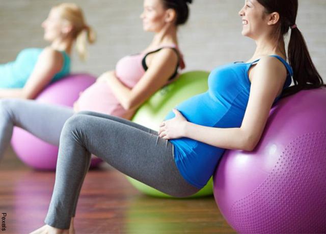 Foto de una mujer embarazada haciendo pialtes