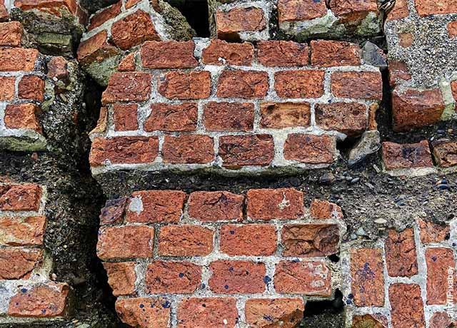 Foto de un muro de ladrillos destruido