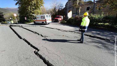 Foto de una calle agrietada que muestra qué hacer en caso de un terremoto