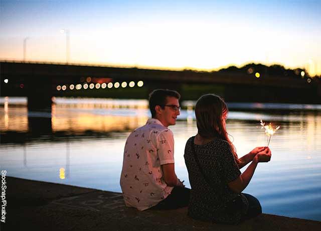 Foto de dos personas sentadas en un muelle