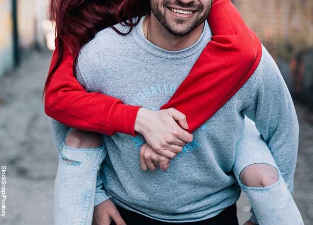 Foto de un hombre cargando a una mujer en su espalda