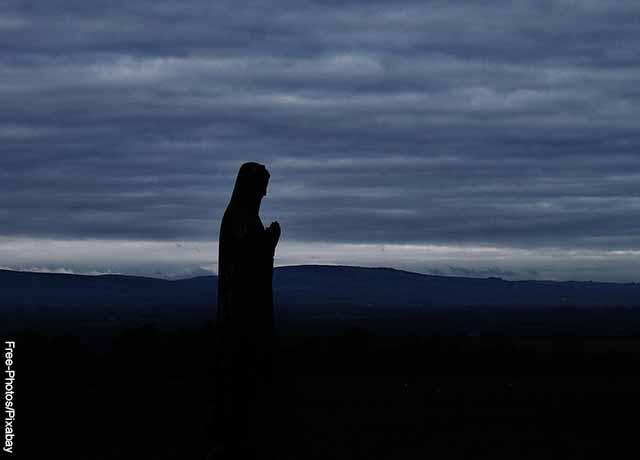 Foto de la silueta de la virgen María