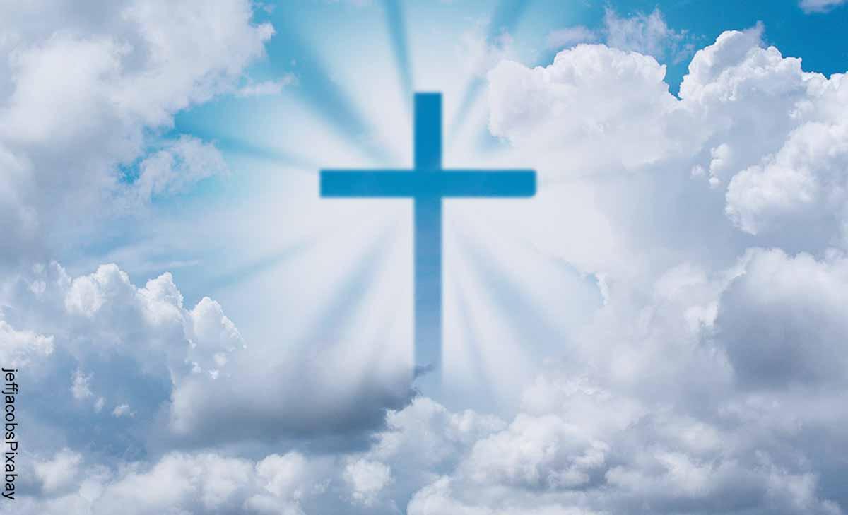 Foto de una cruz en el cielo formadas por nubes que muestra qué significa soñar con Dios