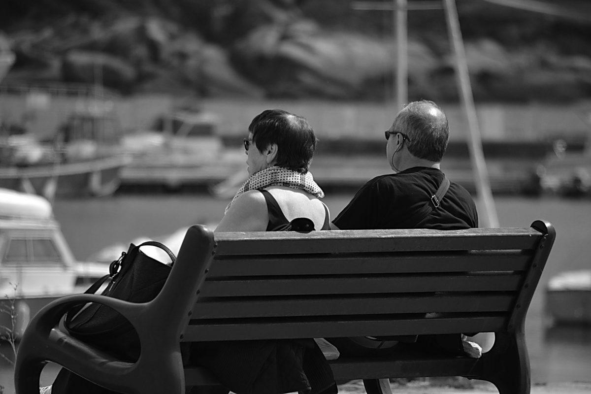 Foto de una pareja de adultos separados en una silla