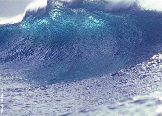Foto de una ola gigante en el mar