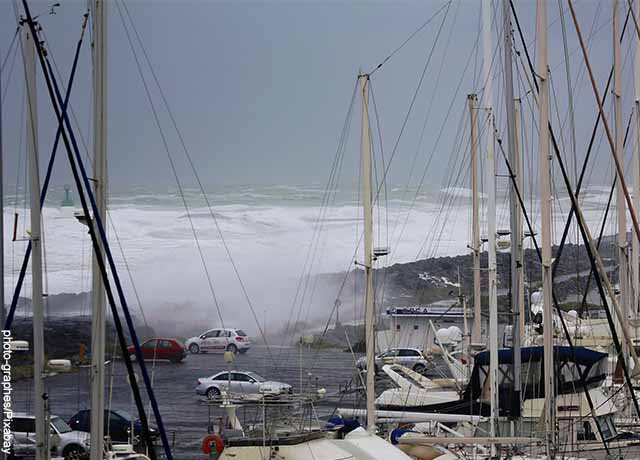 Foto de olas golpeando una bahía