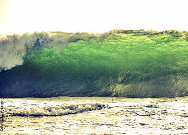 Foto de una ola grande en la playa
