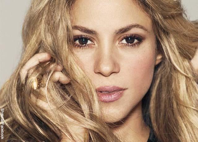 Foto de la cara de la cantante Shakira que revela qué significa soñar con un famoso