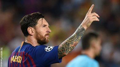 Foto del futbolista Lionel Messi alzando su mano que muestra qué significa soñar con un famoso
