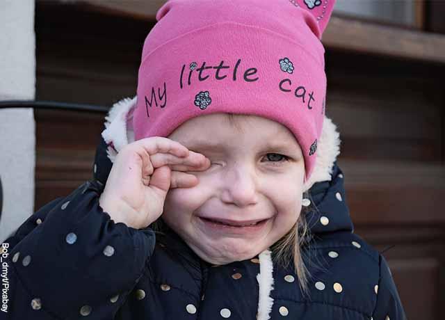 Foto de una niña pequeña llorando