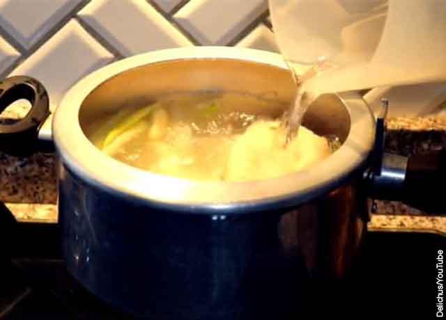 Foto de una olla exprés con agua