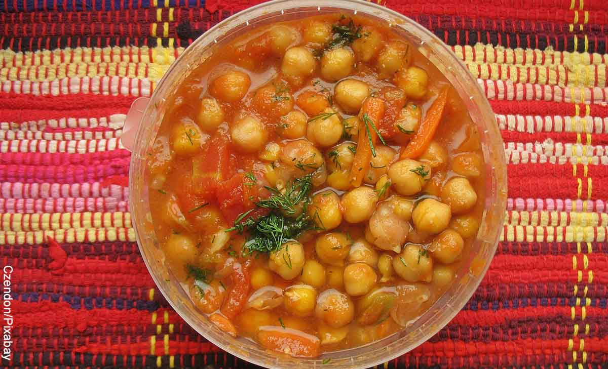 Foto de un plato de comida típica que muestra la receta de garbanzos