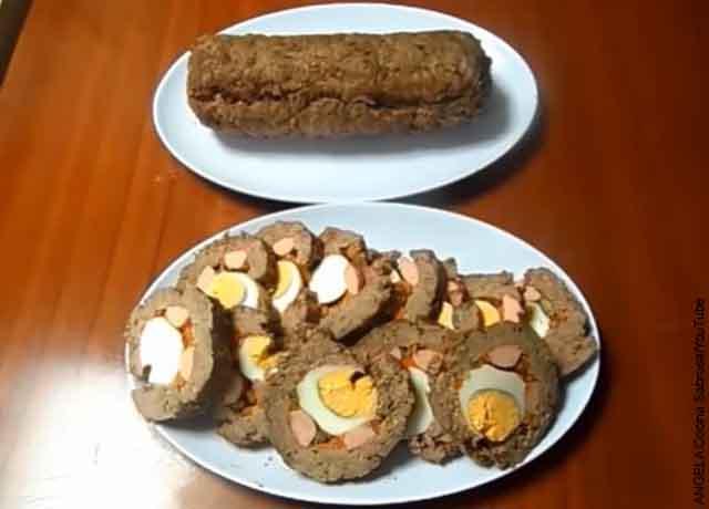 Foto de rollos de carne cocidos sobre una mesa