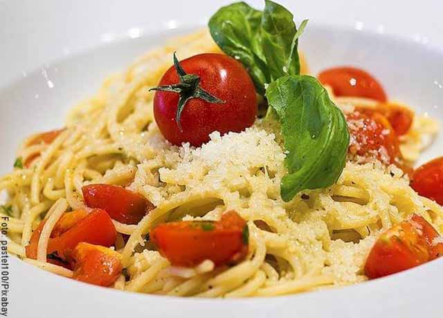 Foto de un plato de pasta con tomates cherry que revelas las recetas con atún