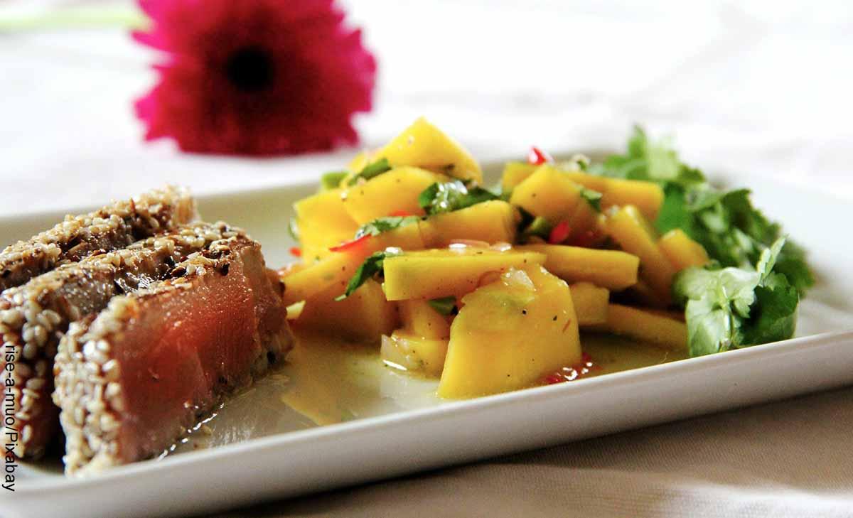 Foto de un plato con atún y verduras que muestra las recetas con atún