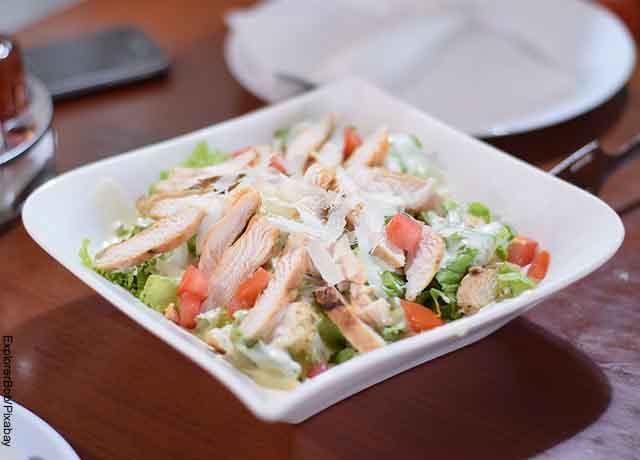 Foto de una ensalada con pollo, tomate y lechuga