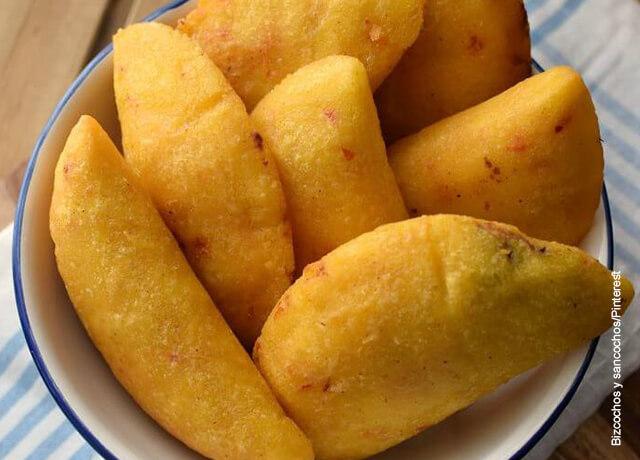 Foto de muchas empanadas sobre un plato blanco