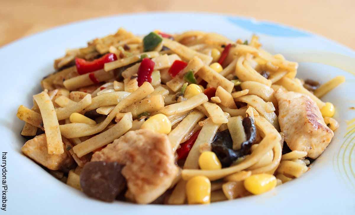 Foto de una ensalada de pollo, pasta y maíz que muestra las recetas de pollo fáciles y económicas