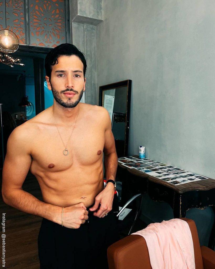 Foto de Sebastián Yatra sin camisa terminando de vestirse
