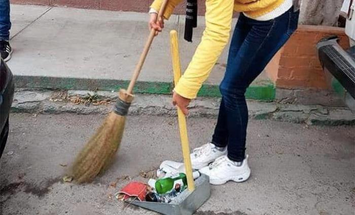 Foto de una mujer barriendo