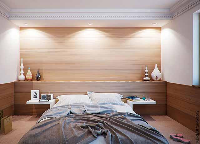 Foto de una cama destendida en una habitación