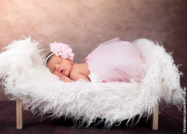 Foto de una bebé durmiendo en su cuna