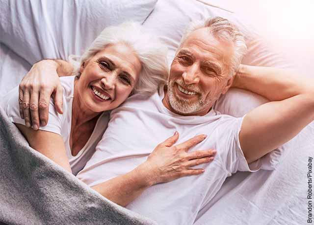 Foto de una pareja adulta acostada