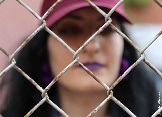 Foto de una mujer tras las rejas que revela lo que es soñar con cárcel