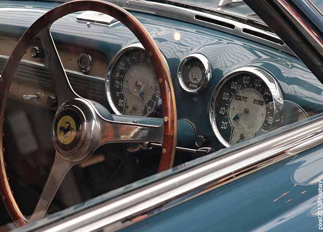 Foto del timón de un auto azul