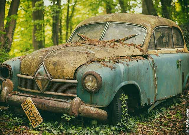 Todo de un autom´óvil azul en ruinas que muestra lo que es soñar con carro