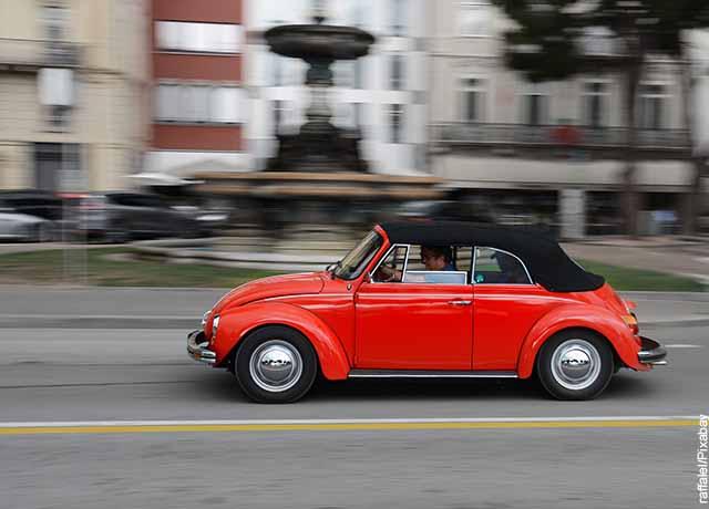 Foto de un carro rojo andando por la calle