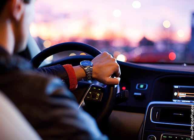 Foto de un hombre manejando un auto