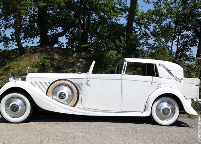 Foto de un auto clásico blanco
