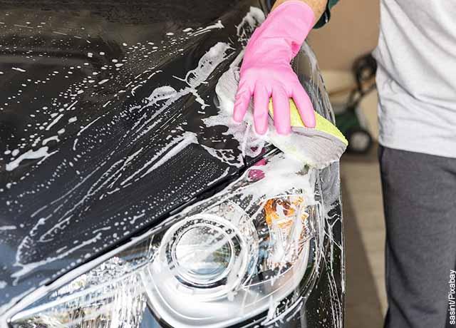 Foto de una persona lavando su carro